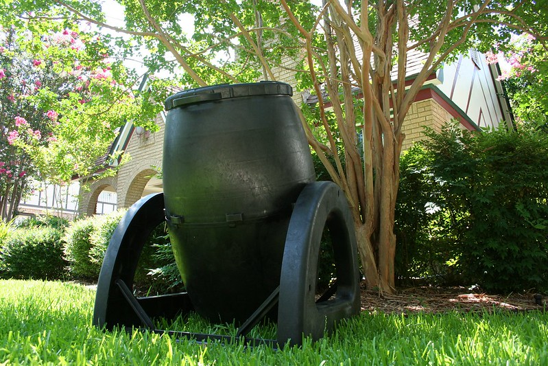 compost bin with a lid